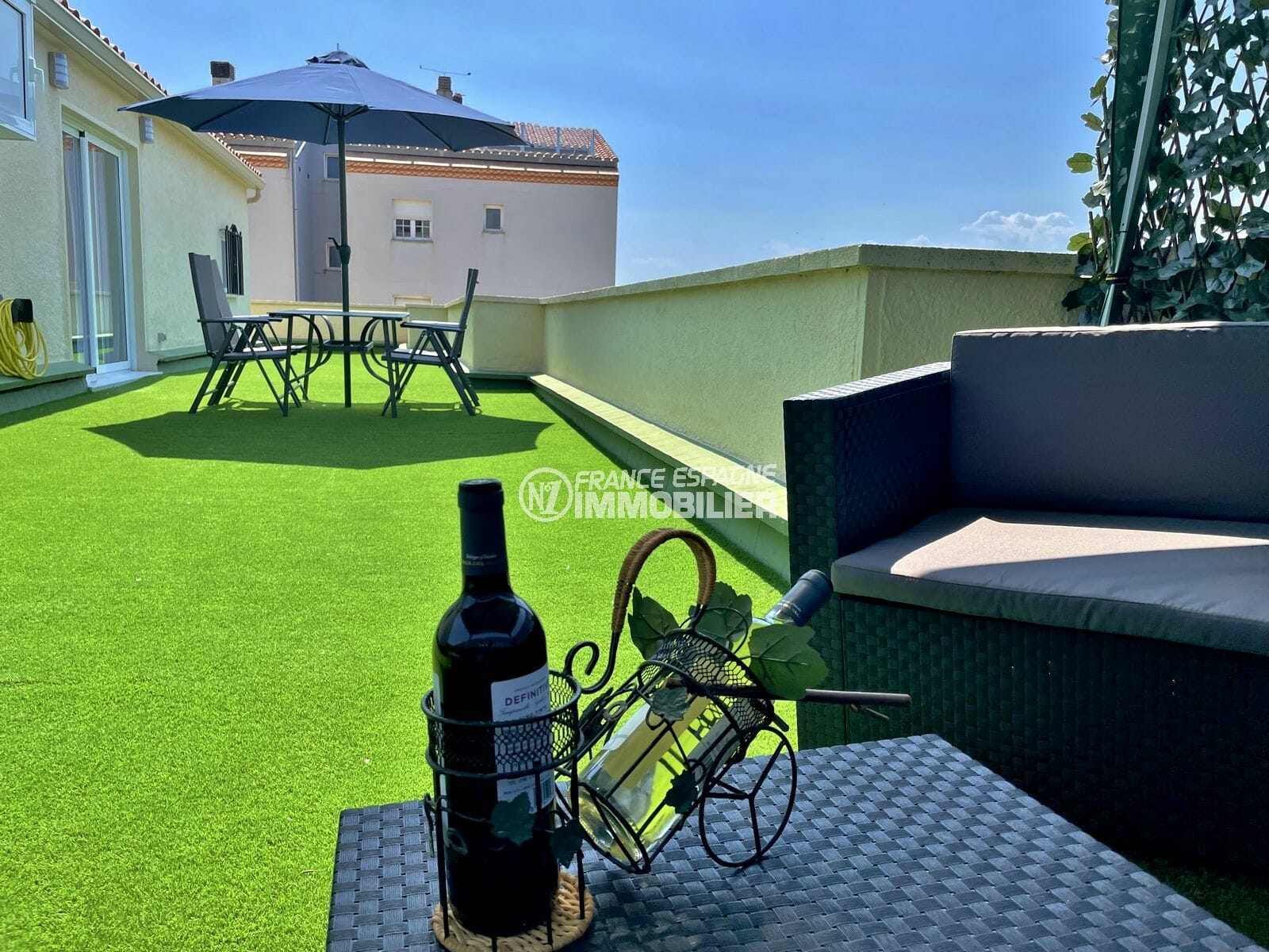 appartement a vendre costa brava, 4 pièces 65 m², terrasse solarium avec salon de jardin, table et chaises