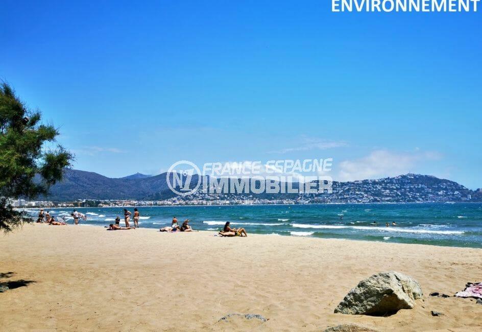 la plage ensoleillée de roses avec sa vue panoramique sur les montagnes