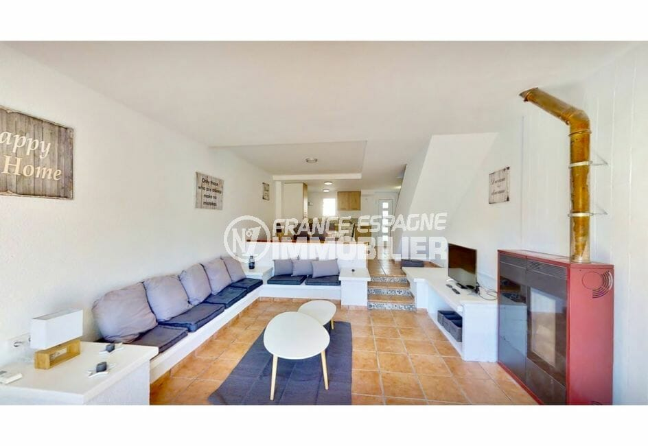 immo empuria: villa 132 m² avec amarre, salon avec cheminée et climatisation