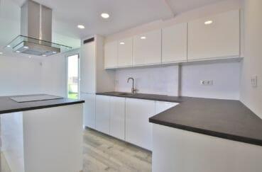 rosas immo: appartement 4 pièces 65 m², cuisine américaine aménagée et équipée de plaques et hotte