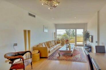 appartement a vendre a rosas, 5 pièces 136 m², salon avec terrasse couverte, lustre au plafond