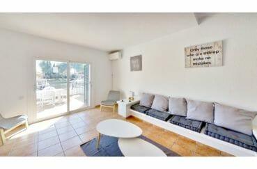 vente maison empuriabrava, 132 m² avec amarre, salon avec terrasse vue canal