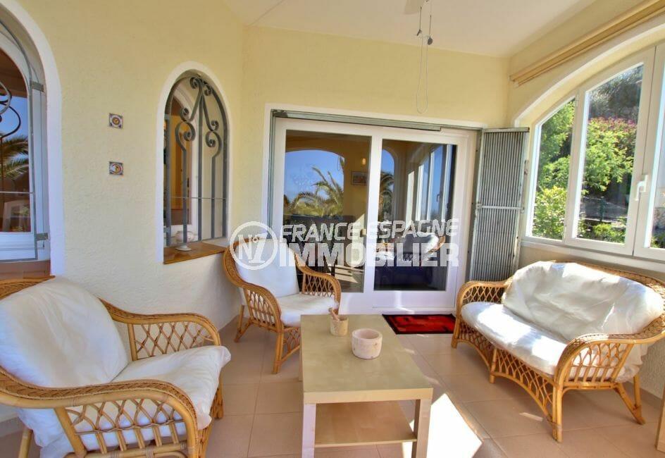 agència immobiliària roses: villa 366 m², terrasse avec canapé, fauteuils, petite table