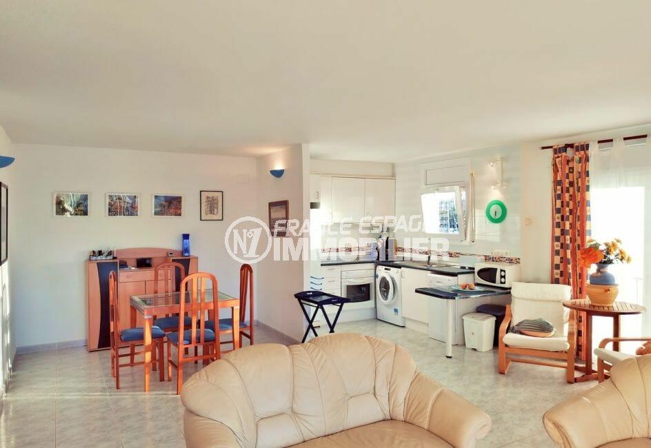 empuriabrava immo: appartement 3 pièces 93 m², salon / séjour meublé avec cuisine ouverte