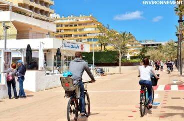 à pied ou en vélo, promenade sur la rambla de roses avec ses restaurants et commerces