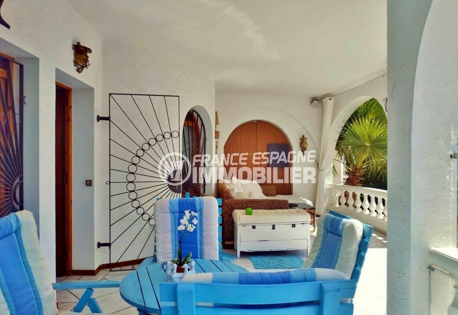 empuriabrava immo: villa 113 m² avec amarre, belle terrasse équipée, canapé, table