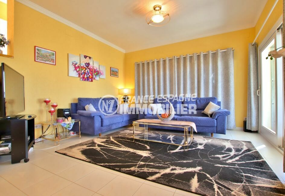 agence immobiliere costa brava: villa 366 m², séjour avec accès direct à la terrasse