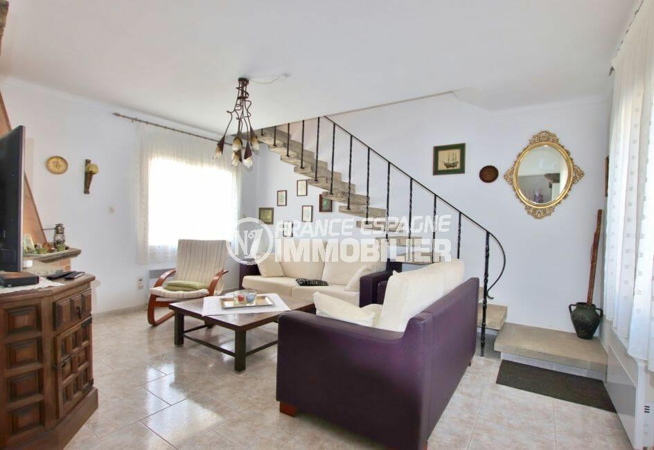 roses espagne: villa 336 m² avec amarre, salon avec escalier pour accès chambre
