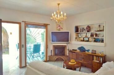 achat maison costa brava, villa 113 m² avec amarre, salon donnant sur la terrasse, cheminée