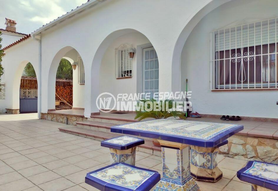acheter maison costa brava, villa 208 m² avec amarre, belle terrasse avec table et chaises en faiënce