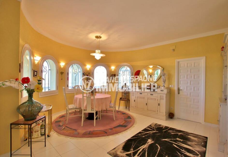 agence immobilière costa brava: villa 366 m², séjour avec fenêtres cintrées