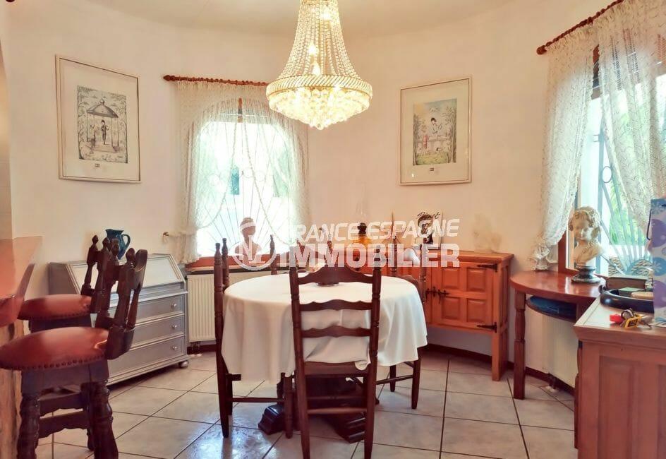 vente maison empuriabrava, villa 113 m² avec amarre, salle à manger, beau lustre au plafond