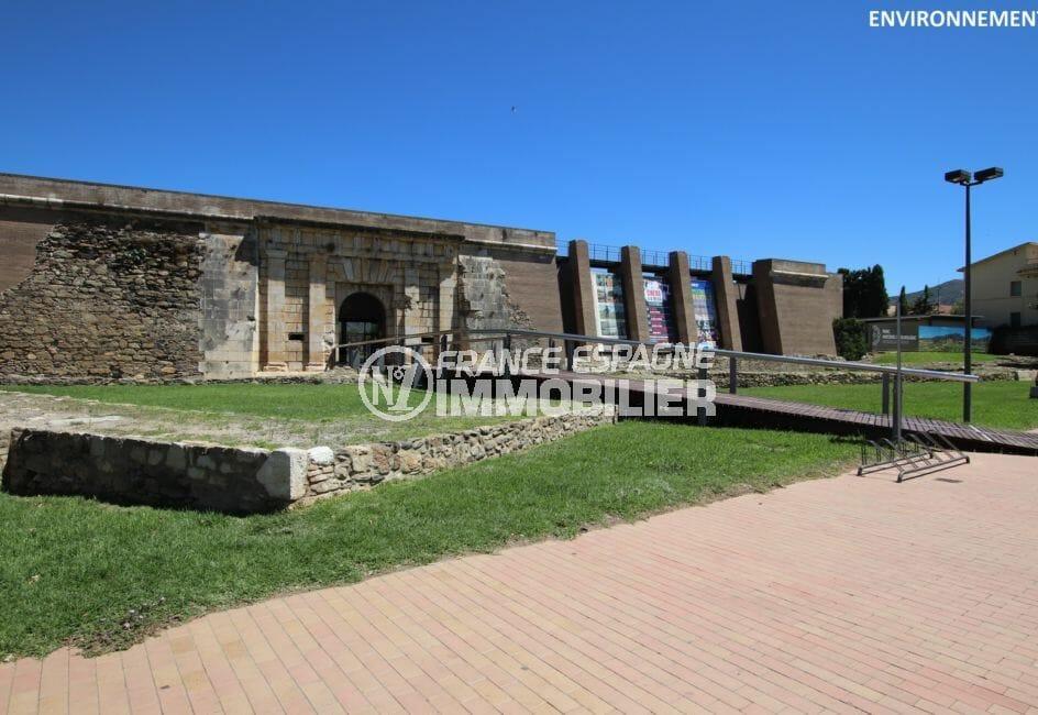 monument historique, la citadelle de roses, forteresse militaire de roses