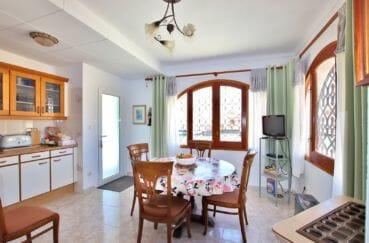 achat maison espagne costa brava, villa 336 m² avec amarre, cuisine ouverte avec coin repas