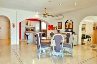 immocenter empuriabrava: villa 208 m² avec amarre, cuisine américaine, table et chaises