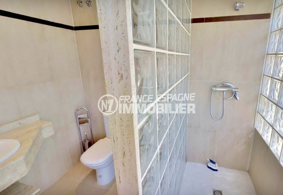 agence immobiliere costa brava: appartement 5 pièces 136 m², salle d'eau avec douche et wc