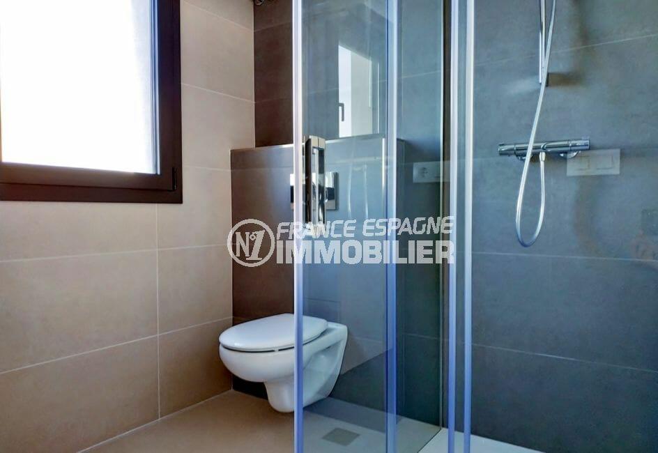 immocenter empuriabrava: villa 200 m² avec amarre, salle d'eau avec wc suspendu