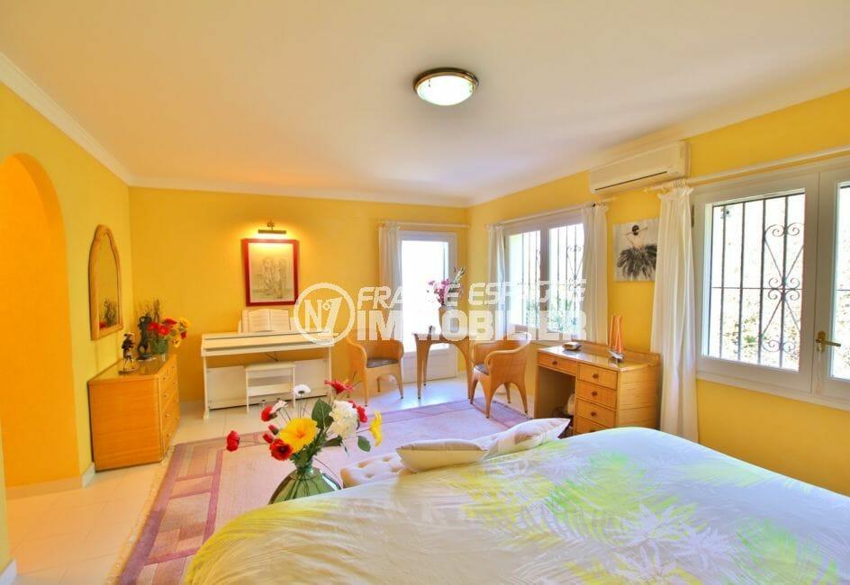 achat maison costa brava bord de mer, villa 366 m², chambre, lit double, dressing