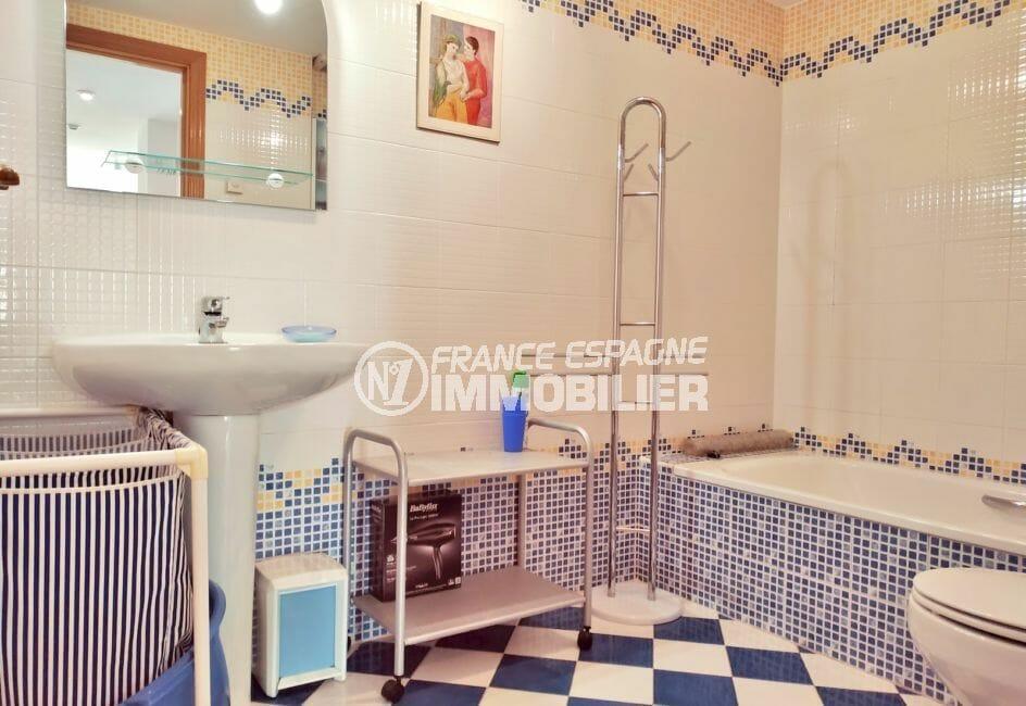 appartement a vendre empuriabrava particulier, 3 pièces 93 m², salle de bain avec baignoire et wc