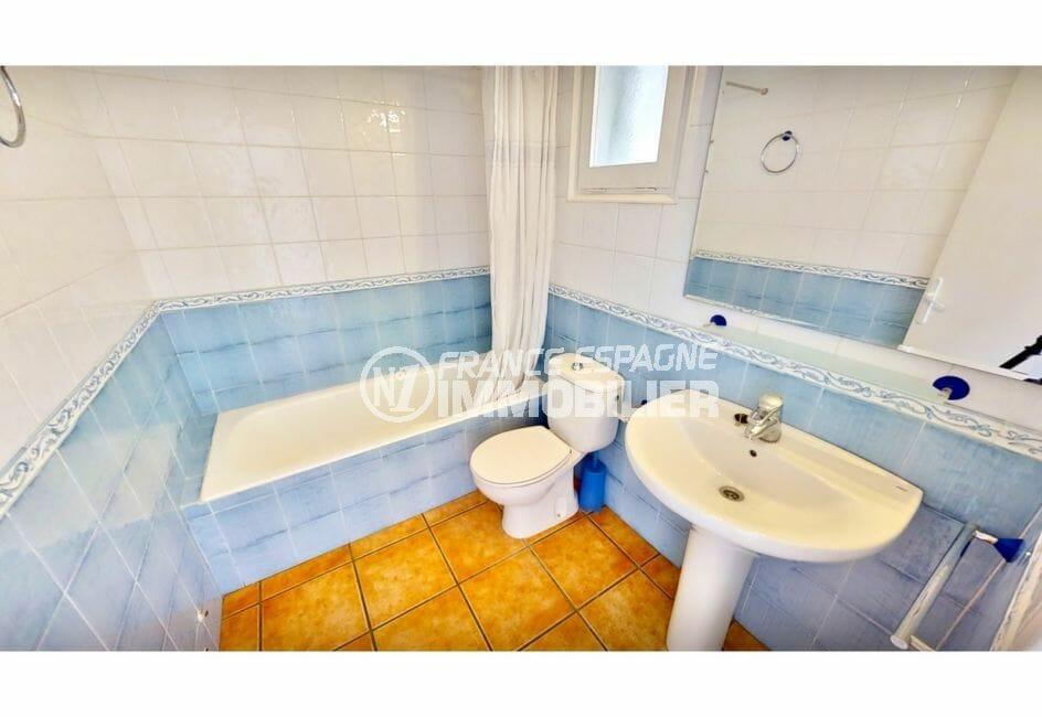 empuria immo: villa 132 m² avec amarre, salle de bain avec baignoire et wc