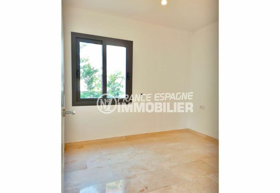 immobilier sur la costa brava: villa 5 pièces 185 m², chambre avec suspension au plafond