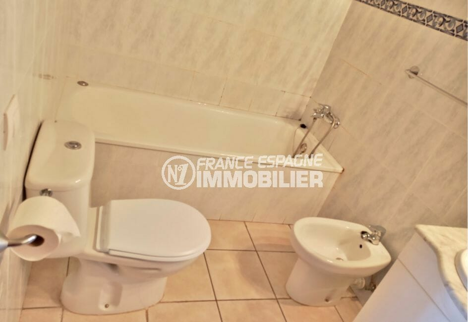 a vendre empuriabrava: villa 5 pièces 176 m², salle de bain avec baignoire et wc