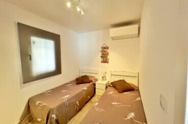 immobilier espagne bord de mer: appartement 4 pièces 65 m², chambre avec 2 lits simples, climatisation