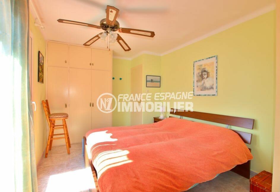 immocenter roses: villa 336 m² avec amarre, 3° chambre, lit double, armoire encastrée
