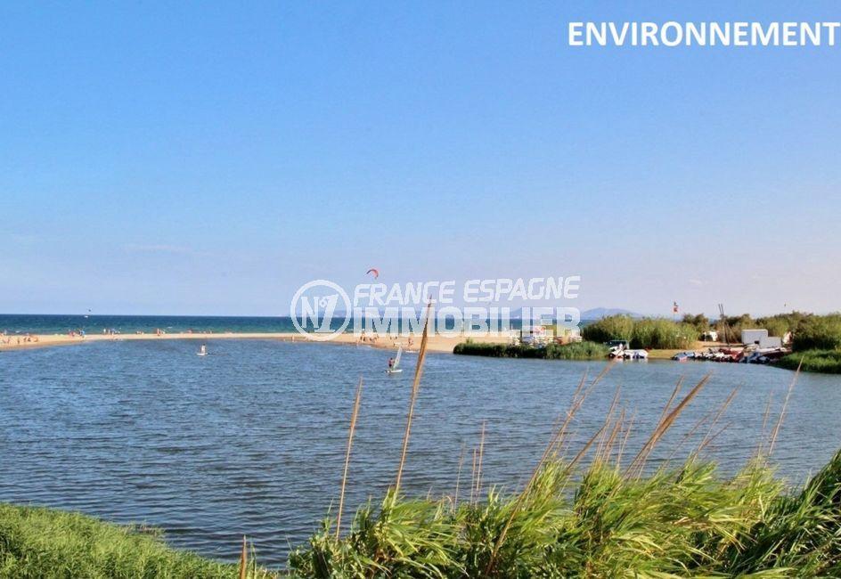 magnifiques plages d'emmpuriabrava avec des eaux transparentes et du sable fin