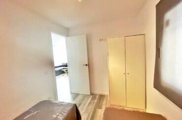 immo center roses: appartement 4 pièces 65 m², chambre avec 2 lits simples et armoire