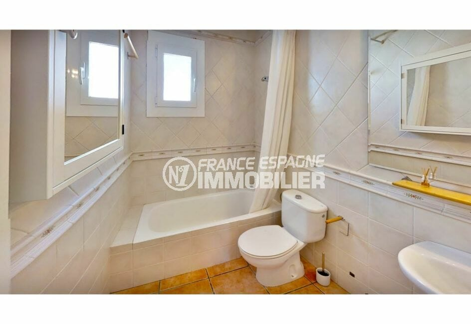 agence immobilière costa brava: villa 132 m² avec amarre, salle de bain, baignoire et wc