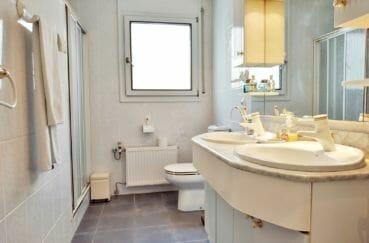 maison a vendre empuriabrava, villa 208 m² avec amarre, 2° salle d'eau, 2 vasques, douche et wc