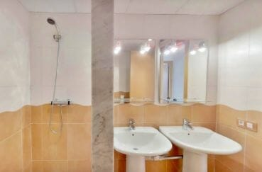 la costa brava: appartement 5 pièces 136 m², salle d'eau avec douche et 2 lavabos
