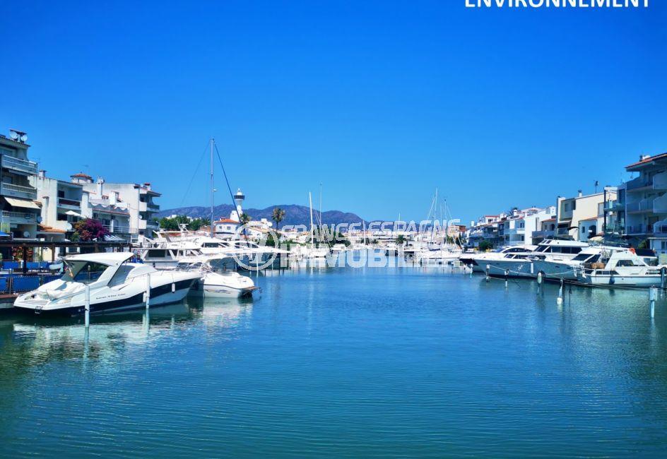 tout au long du canal d'empuriabrava, des superbes bateaux et magnifiques villas