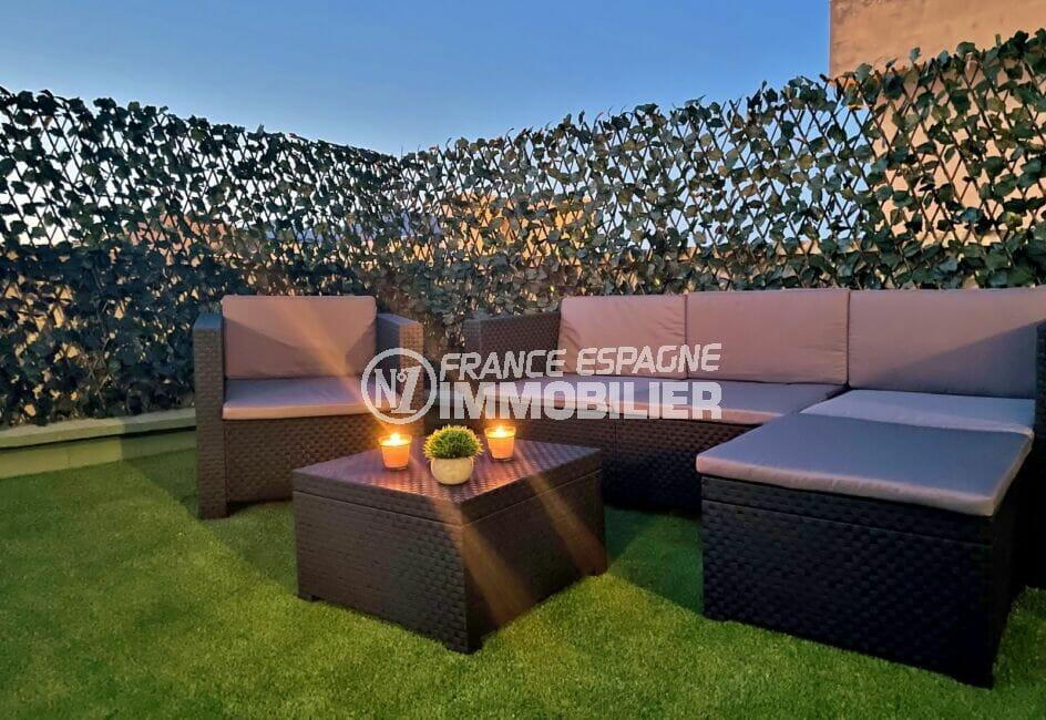 immocenter roses: appartement 4 pièces 65 m², terrasse solarium de 130 m², salon de jardin