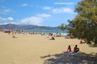 la plage d'empuriabrava avec ses eaux bleues et son sable fin, vue montagnes