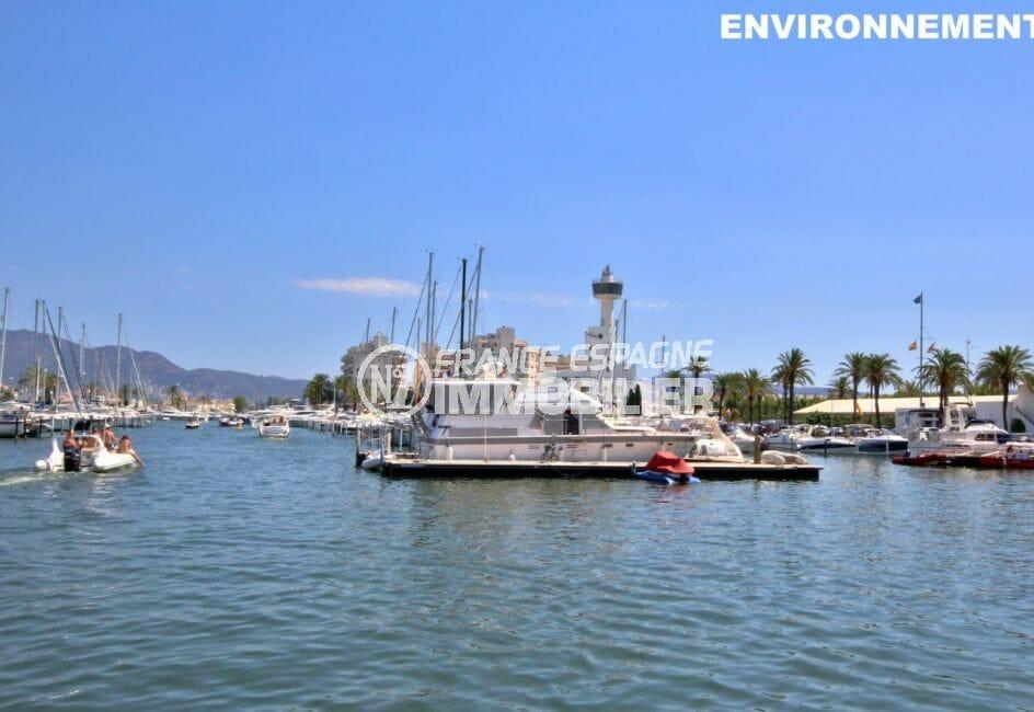 point d'amarrage au port de plaisance d'empuriabrava, bateaux à voiles ou à moteur