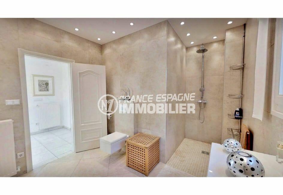 vente immobilière costa brava: villa de 480 m², salle d'eau avec douche et wc