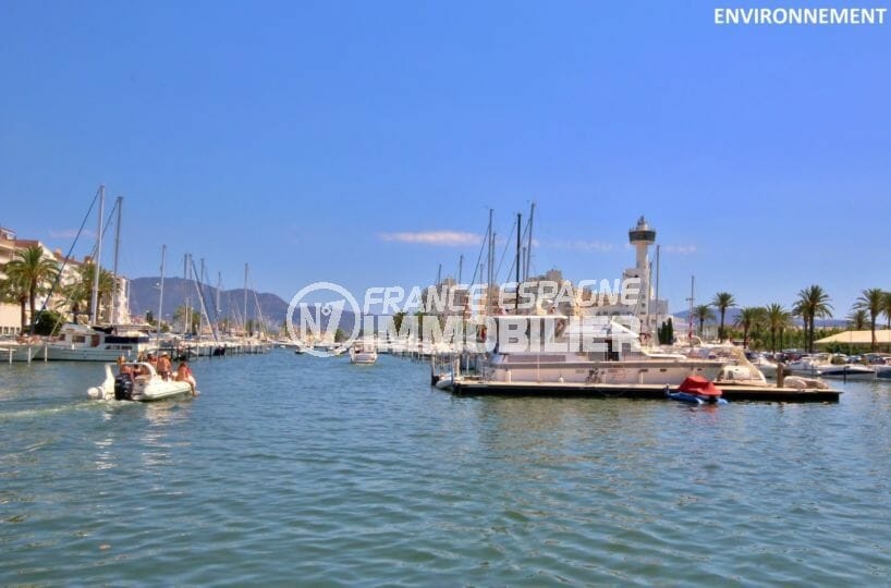 le port marina d'empuriabrava et ses bateaux à voiles ou à moteur