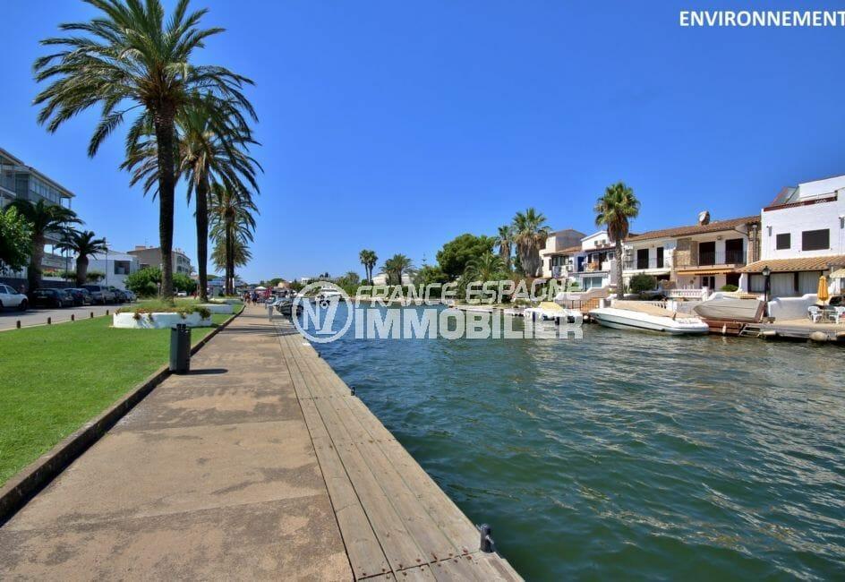 promenade le long du canal d'empuriabrava et ses superbes villas