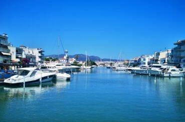le canal d'empuriabrava pour une promenade en bateau, magnifiques villas