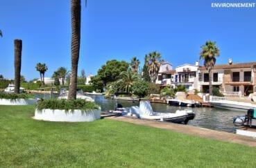 magnifique villa en bord du canal de la marina d' empuriabrava dans un quartier residentiel