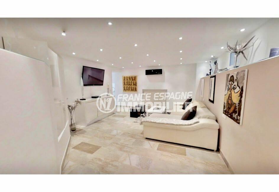 maison a vendre espagne costa brava, villa de 480 m², beau salon avec mur étagère