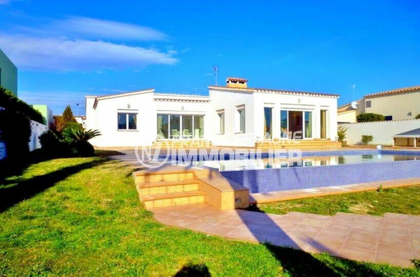 vente maison empuriabrava avec amarre, 213 m² avec 4 chambres, terrain 1125 m², piscine et garage, proche plage