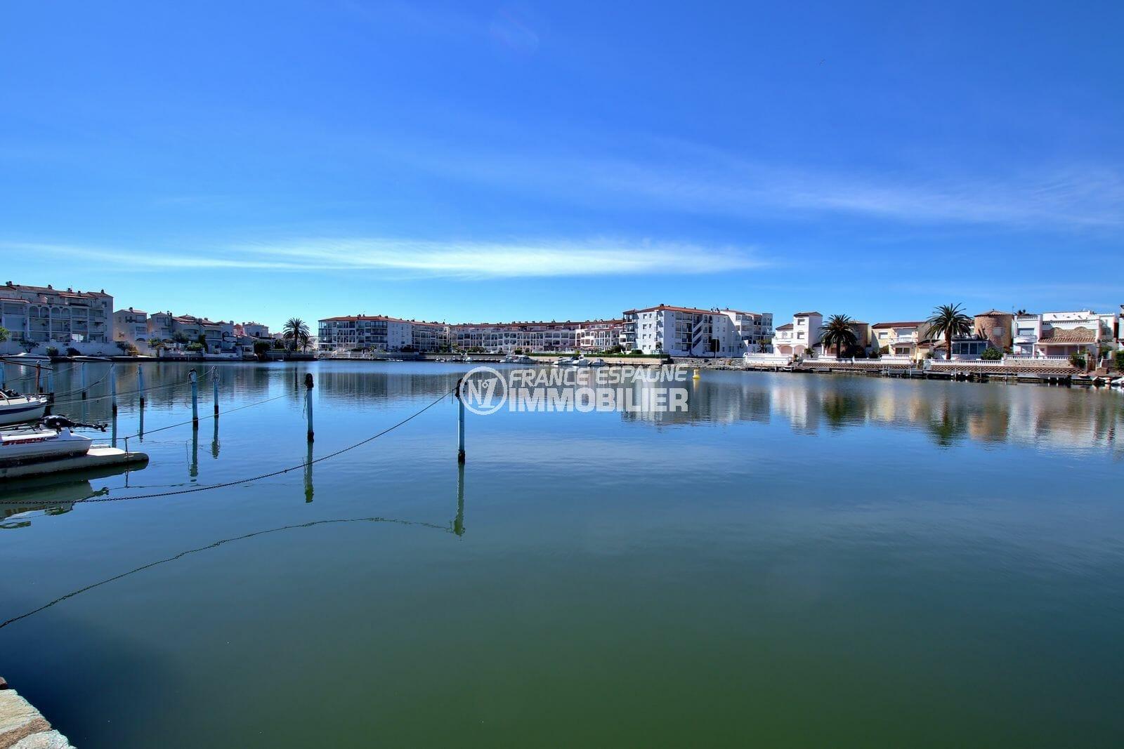 maison empuriabrava, 105 m² avec terrasse, droit amarrage, secteur prisé, proche plage