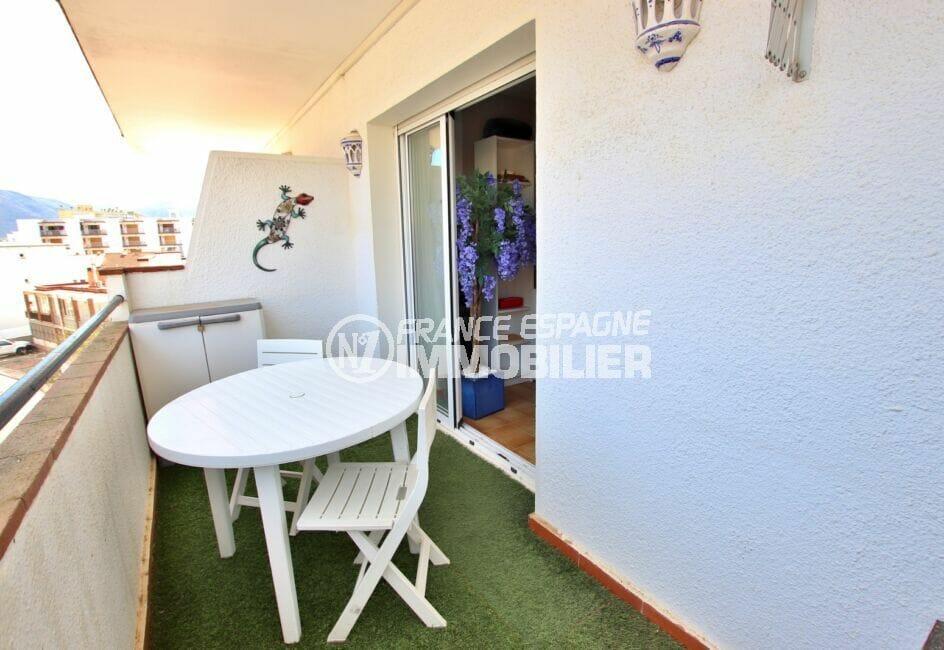 immo roses: appartement atico 2 pièces 40 m² avec terrasse, table et chaises de jardin