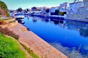 maison a vendre empuriabrava, 213 m² avec 4 chambres, amarre 25 m, garage bateau 16 m