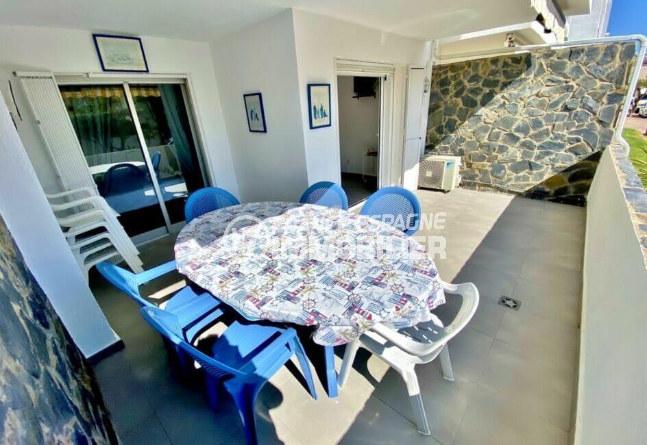 appartement empuria brava, 53 m² avec 2 chambres, belle terrasse, table et fauteuils
