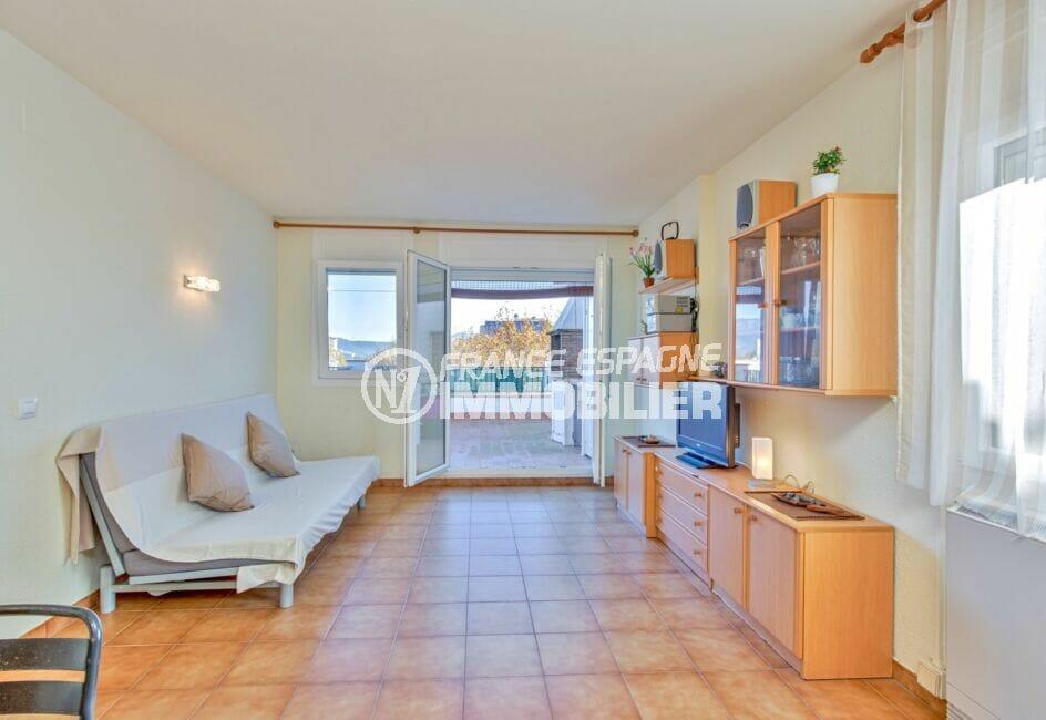 appartement empuriabrava, 3 pièces 57 m², salon avec accès grande terrasse 28 m²