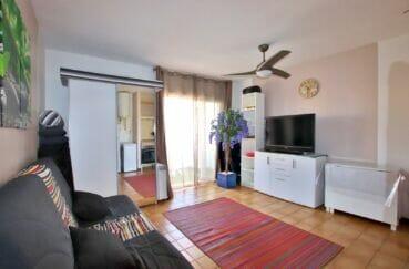 immo roses espagne: appartement 2 pièces 40 m², salon avec ventilateur de plafond